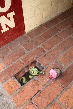 David Zinn - Street art and graffiti .You can find David zinn and more on our website.David Zinn - Street art and graffiti . Murals Street Art, 3d Street Art, Amazing Street Art, Street Art Graffiti, Street Artists, Graffiti Artists, Wall Street, David Zinn, Chalk Artist