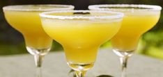Margarita all'ananas: perfetto come aperitivo ma ottimo anche nel dopocena per rinfrescarsi la bocca dal cibo piccante e grasso. Un cocktail che si può consumare in ogni occasione. Con la sua coppa orlata di sale ecco qui una versione più particolare del famoso cocktail Margarita.