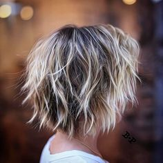 Choppy Bob with Blonde Ends Style shag hairstyles with wispy ends messy for a whimsical airy feel. To create this textured hairdo, get a cut with razored layers all around the head and rough dry… Short Blonde Haircuts, Short Shag Hairstyles, Blonde Hairstyles, Hairstyles 2018, Pixie Haircuts, Razor Cut Hairstyles, 50 Year Old Hairstyles, Bang Hairstyles, 2018 Haircuts