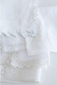 Beautiful white linens, love the lace & scallop trimmings~❥