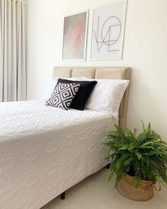 Plantas para quartos: 12 espécies e seus benefícios para a saúde Minimalist Home, Indoor Plants, Furniture, Home Decor, Plant Decor, Pretty Bedroom, Planting Roses, Apartments, Day Planners