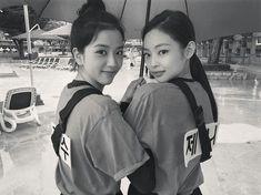 Jisoo and Jennie//BlackPink Kim Jennie, Jenny Kim, Blackpink Jisoo, Bts And Twice, South Korean Girls, Korean Girl Groups, Coachella, Black Pink ジス, Blackpink Debut