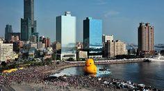 Jättimäinen kumiankka jäi maanjäristyksen uhriksi. Hollantilaistaiteilijan kumiankkateos paljastettiin Taiwanissa 19. syyskuuta.