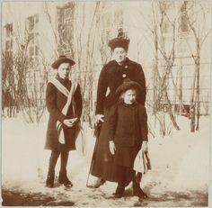 Grand Duchess Olga Nikolaevna, Anna Vyrubova e Grand Duchess Anastasia Nikolaevna em Tsarskoye Selo em 1908.