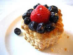 Strawberry and Blueberry Tarts - A package of Pepperidge Farm Puff Pastry Shells, frozen strawberry and blueberry, eggs, milk, sugar. Easy Tart Recipes, Easy Delicious Recipes, Yummy Food, Strawberry Farm, Strawberry Recipes, Blueberry Tarts, Pepperidge Farm Puff Pastry, Tarts Recipe, Rasa Malaysia