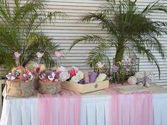 τραπέζι ευχών με ζαχαρωτά, χάρτινα χωνάκια και μπισκότα για κοριτσάκι
