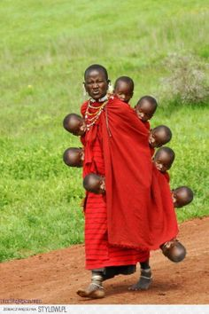 creative Photo manipulated Photoshop this image of Masai woman carrying a child any way you wish. Black Is Beautiful, Beautiful World, Beautiful People, Cultures Du Monde, World Cultures, We Are The World, People Around The World, Kind Photo, Foto Portrait