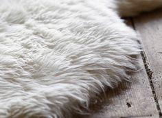 Lähikuva lampaantaljasta puulattialla