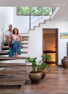 Enchanting Brazilian home blends rustic and modern details Staircase Design Modern, Home Stairs Design, Duplex House Design, Modern Stairs, Small House Design, Modern House Design, Home Interior Design, Modern Buildings, Stairs In Living Room