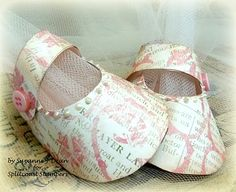 paper baby shoe....somewhere i have the pattern for these, but this site gives a link for a gratis download....always nice to have it at my fingertips!