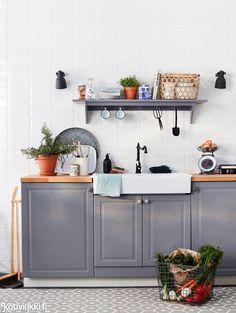 Harmaa keittiö on hitti | Harmaa on uusi valkoinen keittiössä. Keittiön ilmeen päivitys onnistuu pikkurahalla. Uusi keittiötekstiilit, vetimet ja hyllyt. Harmaa keittiö saa lämpöä trendikkäistä puusta ja kuparista. Kitchen Cart, Kitchen Dining, Kitchen Cabinets, Dining Room, Lavender Cottage, Beautiful Interiors, Interior Inspiration, Interior And Exterior, Interior Decorating
