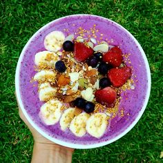 Blueberry and banana smoothie bowl, topped with homemade granola, banana, strawbs, blueberries and bee pollen