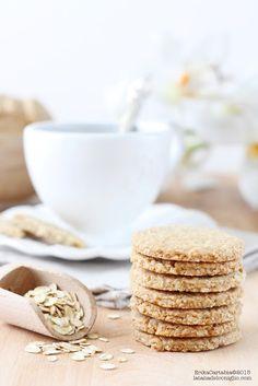 La tana del coniglio: Biscotti Digestive200 gr di farina integrale 200 gr di crusca di avena (o fiocchi di avena tritati finemente) 200 gr di burro fuso 100 gr di zucchero di canna 2 cucchiaini di lievito per dolci 1 pizzico di bicarbonato 1 pizzico di sale 4 cucchiai di latte 1 manciata di fiocchi di avena (facoltativo)