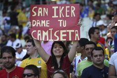 BRA01 FORTALEZA (BRASIL), 27/06/2013.- Una seguidora de la selección española de fútbol muestra un cartel antes del comienzo del partido de la semifinal de la Copa Confederaciones que España e Italia