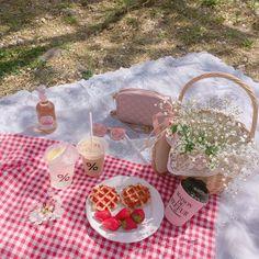 f f 444 Picnic Date, Summer Picnic, Garden Picnic, Meadow Garden, Summer Fruit, Aesthetic Food, Pink Aesthetic, Summer Aesthetic, Fred Instagram