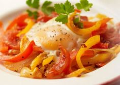 Huevos Rancheros recipe Healthy Family Meals, Healthy Snacks, Huevos Rancheros, Delicious Desserts, Breakfast Recipes, Spicy, Sweet Treats, Curry, Ethnic Recipes