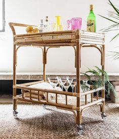 Carrito camarera hecho de caña de bambú. Medidas: Ancho 77cm / Fondo 45cm / Alto 87cm Incluye ruedas.Como todos nuestros muebles, cada pieza es única y está hecha a mano en España.IVA y Gastos de envío incluidos.