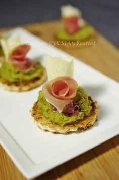 Crostini con crema di piselli   roselline di prosciutto crudo e fogliette di grana