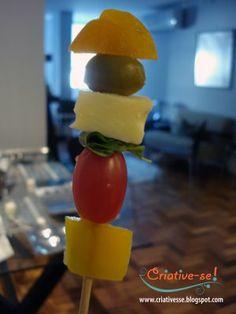 espetinho vegetariano de damasco, queijo, manjericão, tomate uva e pimentão amarelo, acompanhado de molho de mostarda com mel.