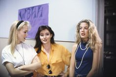 Beverly Hills 90210 : Kelly, Brenda and Donna Beverly Hills 90210, Unif Clothing, 90210 Fashion, Film Fashion, Jennie Garth, The Originals Tv, Shannen Doherty, Just Style, Female Fighter