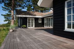 black and white. Craftsman Remodel, Craftsman Farmhouse, Black House Exterior, Exterior House Colors, House Front, My House, Mobile Home Exteriors, Wood Supply, Dark House
