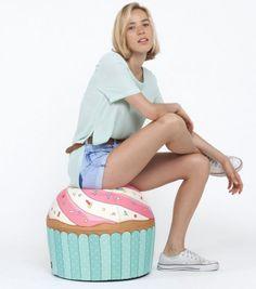 Look delicieux pour ce pouf cupcake ! Réalisé avec un tissu technique ultra résistant, ce pouf resiste au chocs et propose une assise très confortable