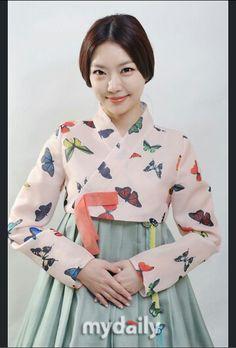 한복 Korean Traditional Dress, Traditional Dresses, Classy Outfits, Beautiful Outfits, Korea Dress, Modern Hanbok, Korea Fashion, Korean Outfits, Busan