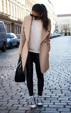 chaussures tennis femme en noir et blanc, pantalon et sac assortis, manteau beige et pull blanc