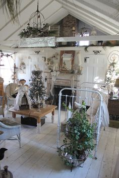 shabby chic Christmas Look at the table's socks ! Like the ceiling! Shabby Chic Mode, Shabby Chic Cottage, Vintage Shabby Chic, Shabby Chic Style, Shabby Chic Decor, Cottage Style, Vintage Decor, Shabby Bedroom, French Cottage