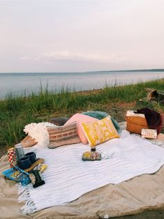 sleepover couple Date night picnic inspiration Summer Vibes, Summer Feeling, Summer Nights, Night Picnic, Picnic Date, Summer Dream, Summer Fun, Summer Picnic, Picnic At The Beach