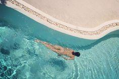 Nua na piscina, Isabeli Fontana redefine os conceitos de liberdade