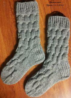 Lankana 7-veljestä, puikot 3½, koko 37 ja 12 s / puikko. Sukat kudottu näin: 10 krs 1o takakautta 1n, tämän jälkeen malli kuvio 5 krs 3o... Crochet Socks, Knitting Socks, Knitted Hats, Knit Crochet, Diy Clothes Accessories, Woolen Socks, Drops Design, Mittens, Knitting Patterns