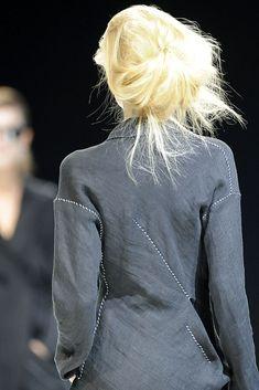 Yohji Yamamoto Spring 2009 Ready-to-Wear Collection - Vogue Fashion Moda, Boho Fashion, High Fashion, Fashion Show, Yohji Yamamoto, Japanese Fashion Designers, Hair Styles 2014, Refashion, Fashion Details