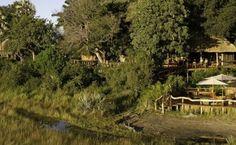 Lodges mitten in der Wildnis von Botswana. Fast wie ein kleines Dorf :-) Lodges, Safari, Country Roads, Cabin, House Styles, Tour Operator, Wilderness, Viajes, Cabins