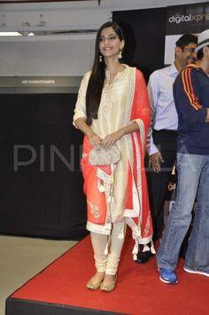 Sonam Kapoor, Farhan Akhtar launch Bhaag Milkha Bhaag DVD | PINKVILLA