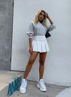 White pleated tennis skirt and chunky white sneakers. How to style a grey sweatshirt and white tennis skirt White Skirt Outfits, Adrette Outfits, Cute Gym Outfits, Tennis Outfits, Tennis Clothes, Trendy Outfits, Outfit With Skirt, School Skirt Outfits, Cute Outfits With Skirts