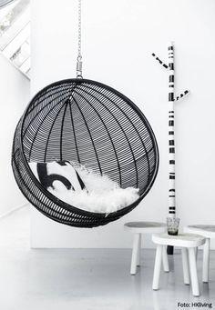 STYLISH IN SCHWARZ // Hängesessel ROUND RATTAN BALL CHAIR BLACK von HKliving via Orangehaus // Designtanke.com