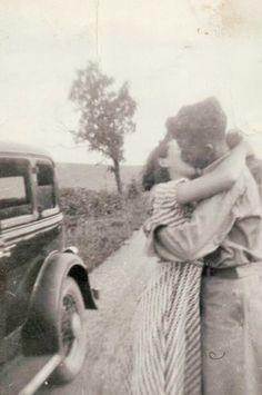 l´amour en route ⊰ biel I943 vintage photo cliché les années 40s couple amoureux lovers