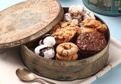 פקעות של מרציפן אגוזים שוקולד מריר כפול שניים עוגיות מרציפן תפוזיות רעפי שקדים ותפוז דיסקיות בוטנים מצופות שוקולד עוגיות אלסרים