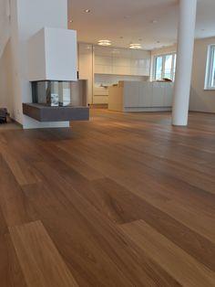 Projekt 1160 Wien, ultimaPARKETT/ ultimaPARQUET, Diele echtes Teak Holz; Dimension: 1800-2400x180x15mm, weiße Sesselleisten, Küche Modern hellgrau. www.ultima.at