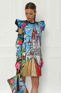 Šaty z limitovanej Disney kolekcie, s krátkym rukávom, ktorý je zdobený volánikmi. Širší strih šiat pristane  každej ženskej postave. Výrazná potlač Vám zaručí neprehliadnuteľnosť kamkoľvek prídete.