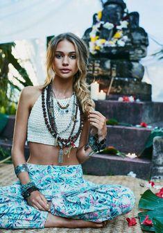 Hippie chic pantalon fleurie cropped top crochet look bohème chic