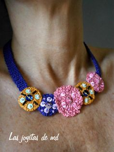Collar de croché. Lentejuelas, bolitas y canutillos de cristal; todo cosido sobre rosetas de diferentes tamaños en color violeta, rosa y amarillo oro viejo.