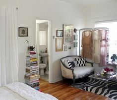 WOW!! den and bedroom in one space. she really rocked this. it's so...Carrie Bradshaw