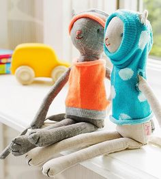 Stuffed Animals Crafts A few snips are all it takes to turn orphaned socks into sweet outfits for beloved (but chilly) stuffed animals. - For fun family time, try one of these sweet and easy projects made from everyday materials. Craft Projects For Kids, Easy Crafts For Kids, Sewing Projects, Easy Projects, Craft Ideas, Sewing Hacks, Project Ideas, Sock Crafts, Fun Crafts