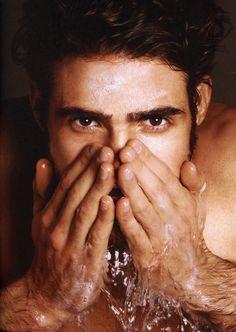 Lavar la cara por la mañana es esencial para un buen cuidado de la piel. Asegúrate que usas un limpiador de tratamiento facial y no el típico jabón para manos. Exfoliarse dos o tres días a la semana te ayudará a retirar las células muertas de tu piel. Masajea tu cara en pequeños círculos.