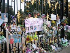 A sight I will always remember.  The people remember Princess Diana in Kensington and Buckingham Palace