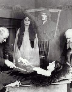 Shadow of Death - Opus 5 Ghost Photography, Spirit Photography, Vintage Photography, Halloween Photos, Vintage Halloween, Halloween Witches, Celine, Hans Baldung Grien, Creepy Photos