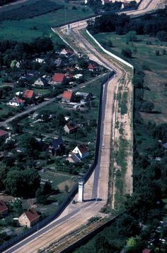 Here is a photo from the between Brandenburg (left of the wall) . - Here is a photo from the between Brandenburg (left of the wall) and West Berlin, i. Germany Area, East Germany, Berlin Germany, Berlin Spandau, Berlin Hauptstadt, German Wall, West Berlin, Historical Pictures, Cold War