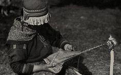 Samisk kvinne med båndvev (grindvev), Sverige. 1930-tallet. Sami woman with weaving a band on a rigid heddle loom